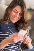 Mujer escuchando música con auriculares — Foto de Stock