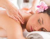 Schöne frau, die massage zu empfangen — Stockfoto