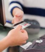 Femme payer facture par carte de crédit — Photo