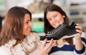Iki kadın ayakkabı alış — Stok fotoğraf