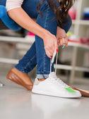 Kobieta sobie nowe buty — Zdjęcie stockowe