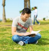Libro de lectura del hombre en el parque — Foto de Stock