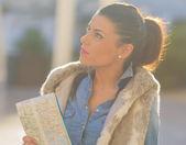 Krásná žena hospodářství mapa — Stock fotografie