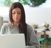 Junge frau mit laptop — Stockfoto