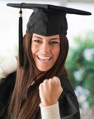 Retrato de mujer feliz graduada — Foto de Stock
