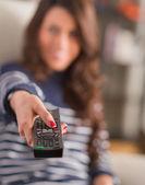 Donna felice azienda telecomando — Foto Stock