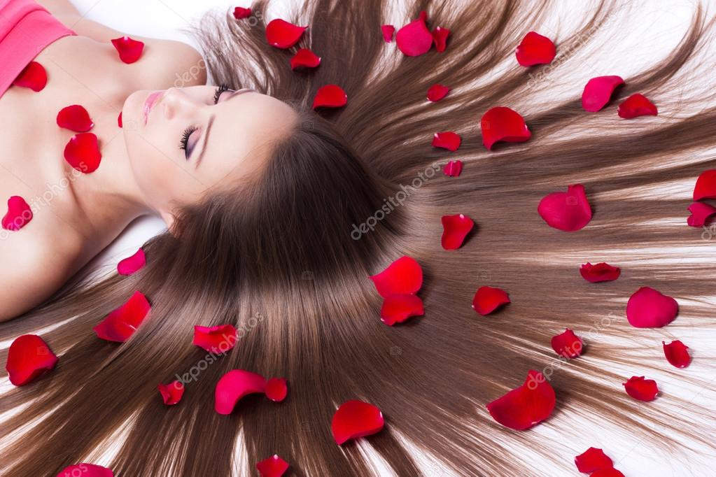 躺在白色的长头发的漂亮女孩 — 照片作者 valery121283图片