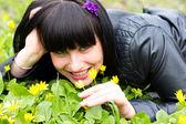Mujer oler las flores — Foto de Stock