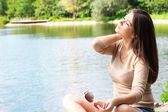 Young woman relaxing outdoor — Stock Photo