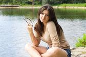Mladá žena venkovní — Stock fotografie