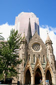 Christ Church Cathedral and KPMG Tower in Montreal — Stock Photo