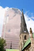 Kristus kostelní věž katedrály a kpmg v montrealu — Stock fotografie