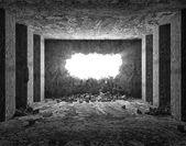 Grungy interieur met gebroken betonnen wand — Stockfoto