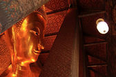 Liggende boeddha gouden standbeeld in wat pho, bangkok, thailand — Stockfoto