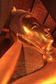 Liggande buddha guld statyn vid wat pho, bangkok, thailand — Stockfoto