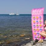 loira com um colchão na praia — Foto Stock