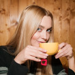 Beauty drinks tea — Stock Photo