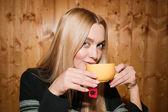 Schoonheid drinkt thee — Stockfoto