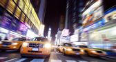 New york taxi am times square in der nacht — Stockfoto