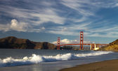 The Golden Gate Bridge w the waves — 图库照片