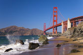 A golden gate bridge w as ondas — Foto Stock