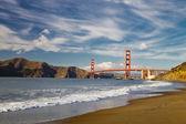 De golden gate brug w de golven — Stockfoto