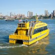 New york - new york city taxi d'acqua con il ponte di brooklyn — Foto Stock #29390149