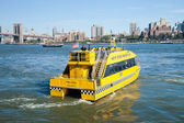 NEW YORK - New York City Water Taxi with Brooklyn bridge — Stock Photo