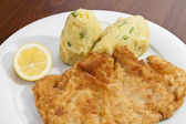 Vienna schnitzel with mashed potatoes and baby onion — Stok fotoğraf