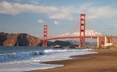 мост золотые ворота с волнами — Стоковое фото