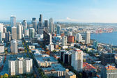 Seattle downtown skyline with view of Mt.Rainier in distance — Stock Photo
