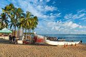 Pláž waikiki surfuje a azurové vody na havaji — Stock fotografie