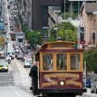 Cable car tram in San Francisco climbing up the street — Foto Stock