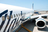 Boeing Alaska Airlines ready to boarding in Kona at Keahole inte — Stock Photo