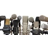 Konferenz treffen mikrofone auf weißem hintergrund — Stockfoto