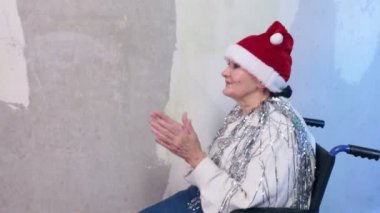 Senior woman with santa hat in wheelchair — Stock Video