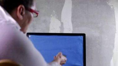 老妇看电视 — 图库视频影像