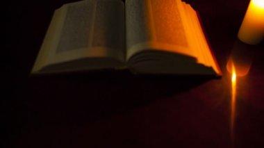 本と燃えるろうそく — ストックビデオ
