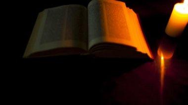 书和燃烧的蜡烛 — 图库视频影像
