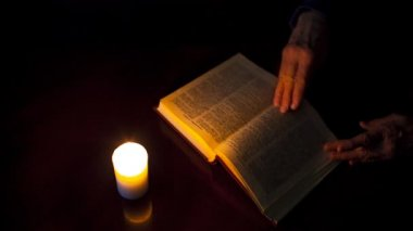 Kitap ve yanan mum — Stok video