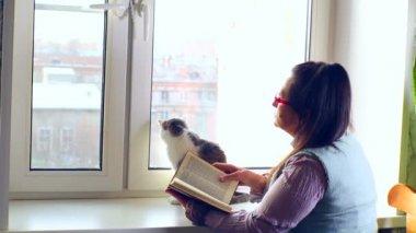 女性の読書 — ストックビデオ