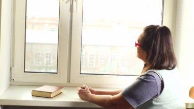 Mulher lendo um livro — Vídeo stock