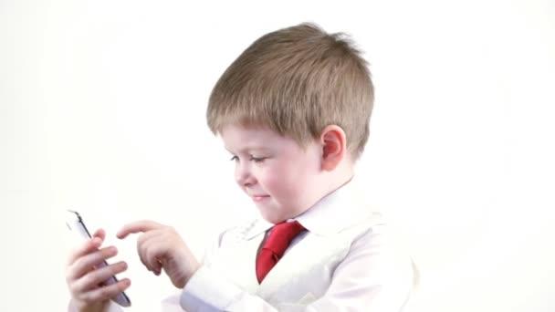 Jeune garçon en costume à l'aide de téléphone portable — Vidéo