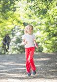 Kleines mädchen im park — Stockfoto