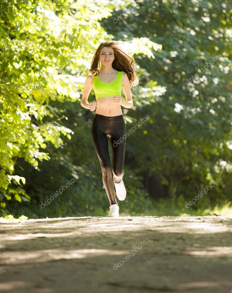 Убегающая девушка фото