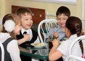 Children in school cafeteria laugh — Stock Photo
