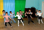 Children dance at school in a dance hall — Stock Photo