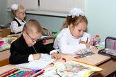 Kinderen op een les schrijven in schrijven-boeken — Stockfoto