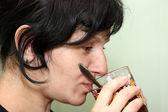 Retrato de la mujer en un perfil que bebe té — Foto de Stock