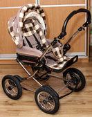 木材の床に美しい赤ん坊キャリッジ費用 — ストック写真